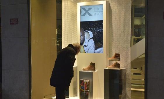 digital signage écran en vitrine de magasin